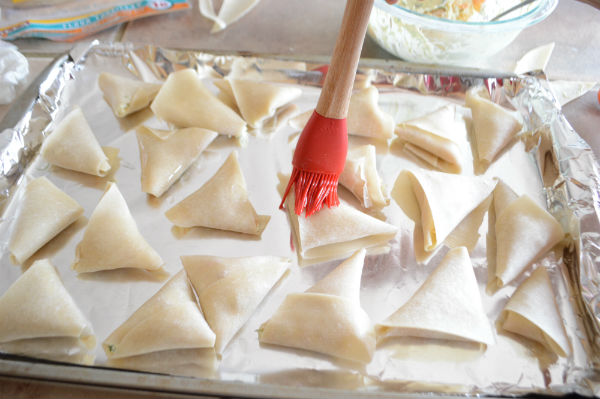 A pretty easy and crunchy baked samosas, even healthier and mess free than deep fried ones. These baked samosas are stuffed with creamy shrimp and dill filling which makes it great hot or cold.A great appetizer for your next party.