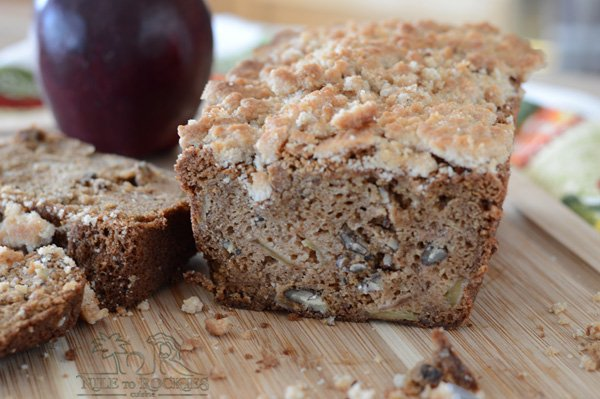 A simple and easy apple bread recipe, a Fall delight, filled with fall aromas, for breakfast, dessert or just an in-between meal snack with a cup of coffee watching the golden leaves fall down.So warm yourself up with this really delicious apple cinnamon bread with crumb topping.