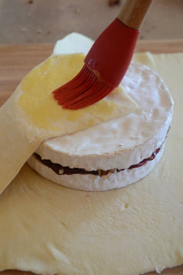 Easy Baked Brie in Puff Pastry Recipe.This is how do you make brie in puff pastry, the easiest way.