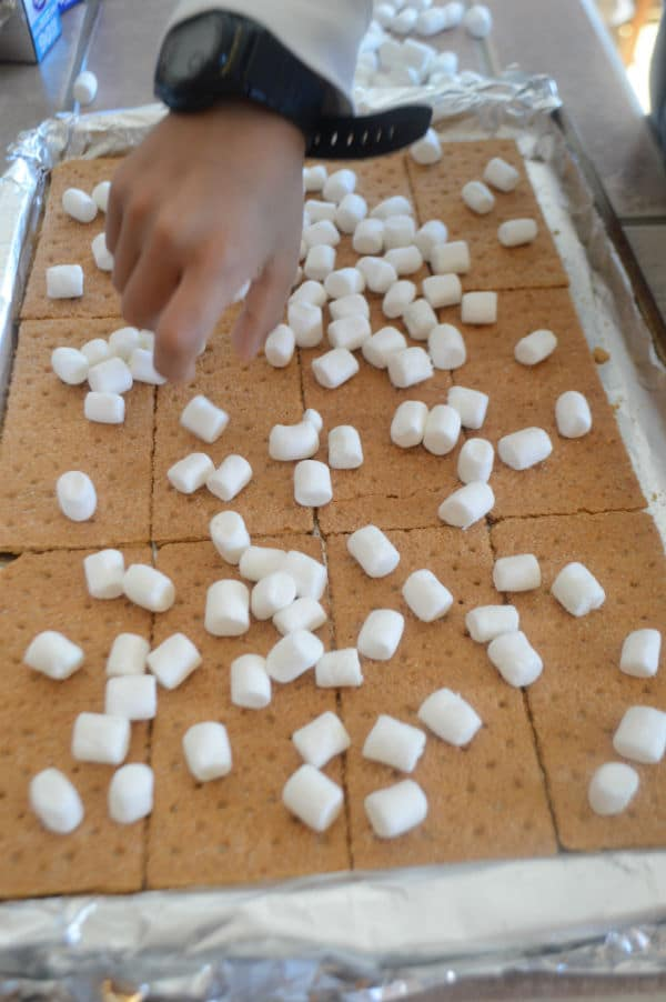 A photo showing a pan with biscuits and Marshmallow