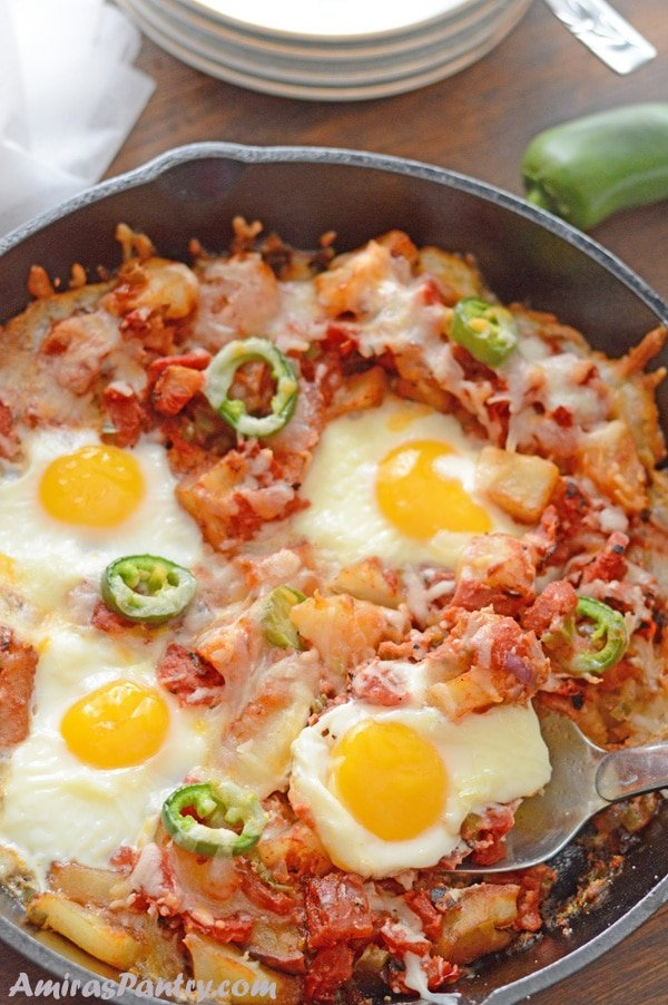 Who does not like single skillet meals?. Potato egg skillet is one of the one pot meal ideas that you are going to love. This is great for brunch, lunch or even dinner table.